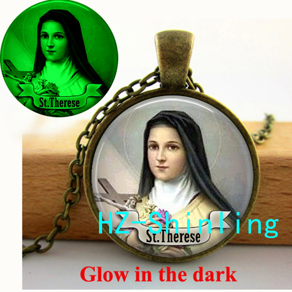 New Fashion St Therese Glowing Necklace Religious Medal Saint Jewelry Glow in The Dark Pendant Glass Necklace