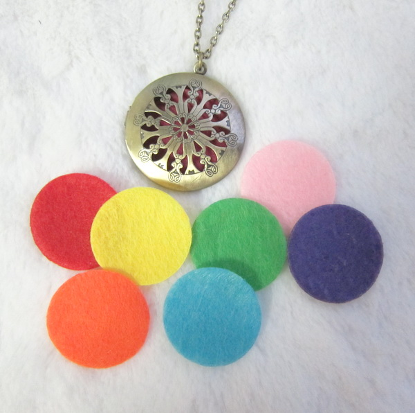 Vintage nice hollow flowers essential oil diffuser necklace DIY fashion jewely with 8pcscolorful felt pad