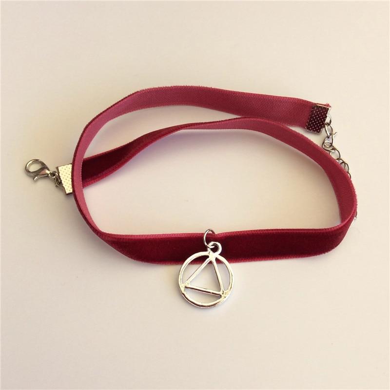 fbcd009de362 Moda geométrica metal Amuletos vino Red Velvet chokers Collares triángulo  redondo colgante chokers para mujeres Niñas en Gargantilla Collares de  Joyería y ...