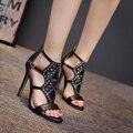 Primavera Verano 2017 Nueva Sexy zapatos de tacón alto de Las Mujeres Sandalias de tacón de Aguja de Remache Hebilla Sandalias Femeninas Marea Zapatos Femeninos Negros XP35