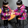 Niños niñas ropa de bebé de otoño e invierno abrigo niños de la tela escocesa de algodón acolchado clip de engrosamiento trench de lana superior del niño escudo