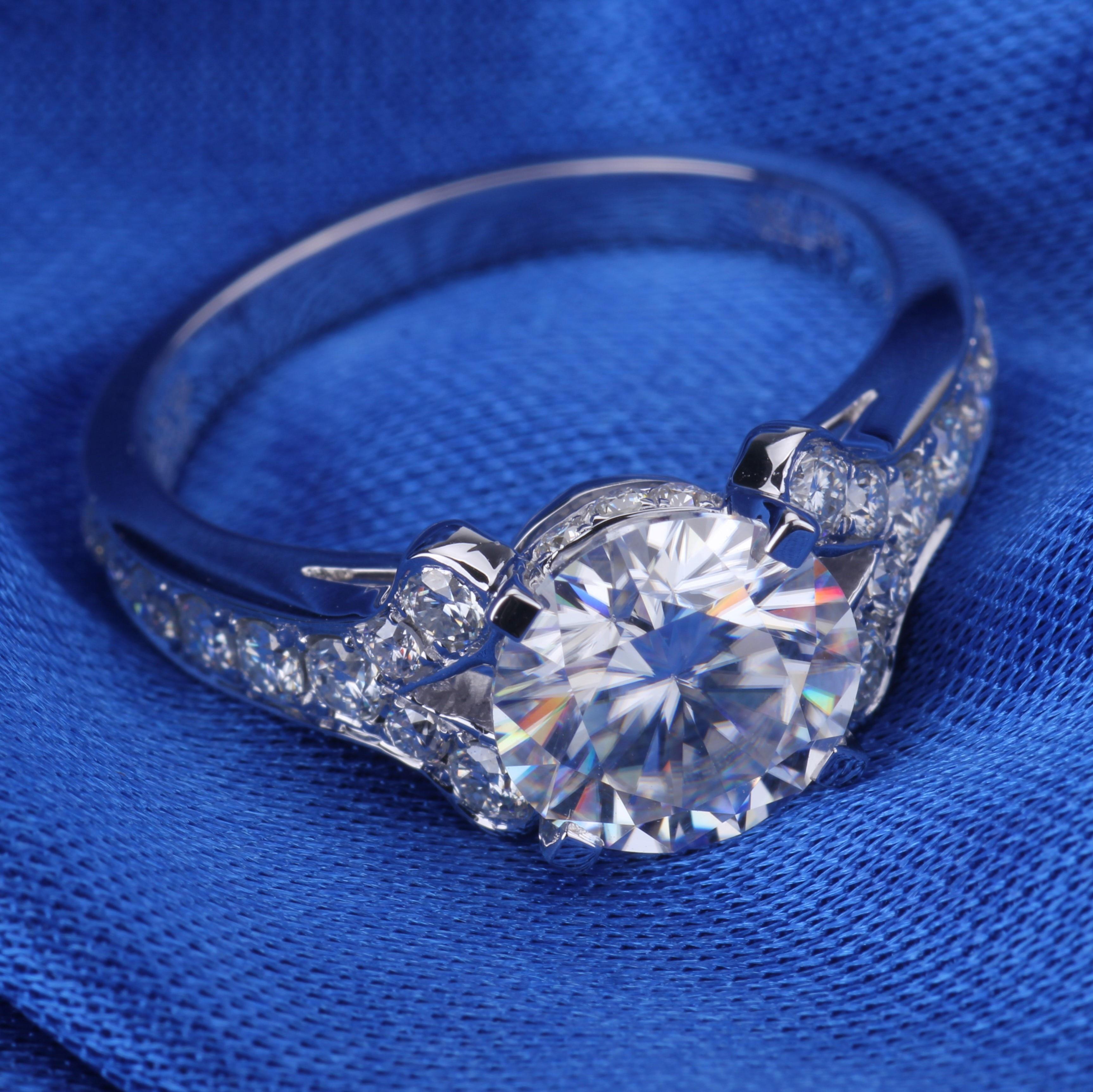 Bague de fiançailles en or blanc Halo 14 k avec diamant rond 1ct DEF Moissanite