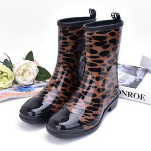 ФОТО Spring/Autumn Women's Motorcycle Waterproof Mixed Colors Rain Boot casual non-slip Brown wave point Mid Calf boots for women