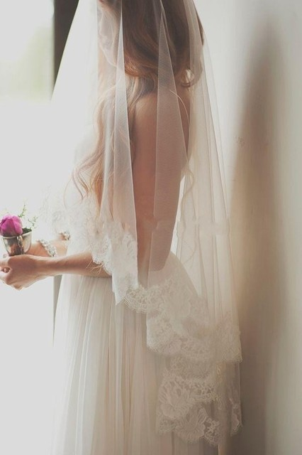 2015 Romantic Cheap Bridal Veils One Layer Fingertip Length Wedding Veils with Lace Edge White Ivory Veils for Bride