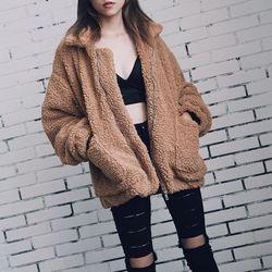 Elegantiškas dirbtinio kailio moteriškas paltukas