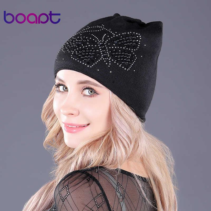 [Boapt] ภายในกำมะหยี่คู่ฝ้ายอุ่นฤดูหนาวหมวกสำหรับผู้หญิงหมวกหูไข่มุกผีเสื้อดอกไม้หมวก skullies beanies