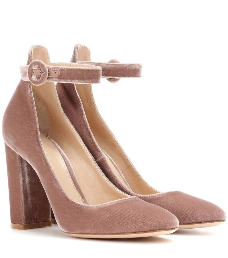 Luxo As Mulheres Se Vestem Sapatos de
