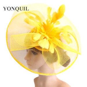 Image 1 - 黄色の羽の花の魅惑的な結婚式のヘアクリップやヘッドバンド冬パーティーロイヤルアスコットブライダル教会ショー帽子グレート品質