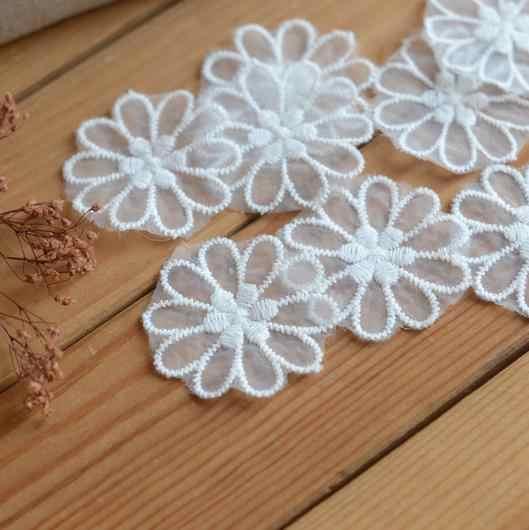 อุปกรณ์เสริมลูกไม้สีขาวลูกไม้ organza ดอกไม้สติกเกอร์ดอกไม้ 4.4 เซนติเมตรกว้าง