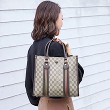 купить Large-capacity handbag 2019 fashion big brand wild new tote bag shoulder bag Messenger bag portable bucket bag handbag по цене 2505.95 рублей