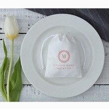 50 malotes brancos do cordão da flanela logotipo personalizado para a joia que empacota o saco do presente do favor do casamento sacos cosméticos podem tamanho personalizado