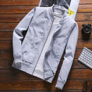 a5f7b9f0346 2018 Primavera Verano chaquetas de Hombre Abrigos sólidos delgados hombre  Casual Slim Stand Collar Bomber chaqueta hombres abrigo M-4XL chaqueta para  Hombre
