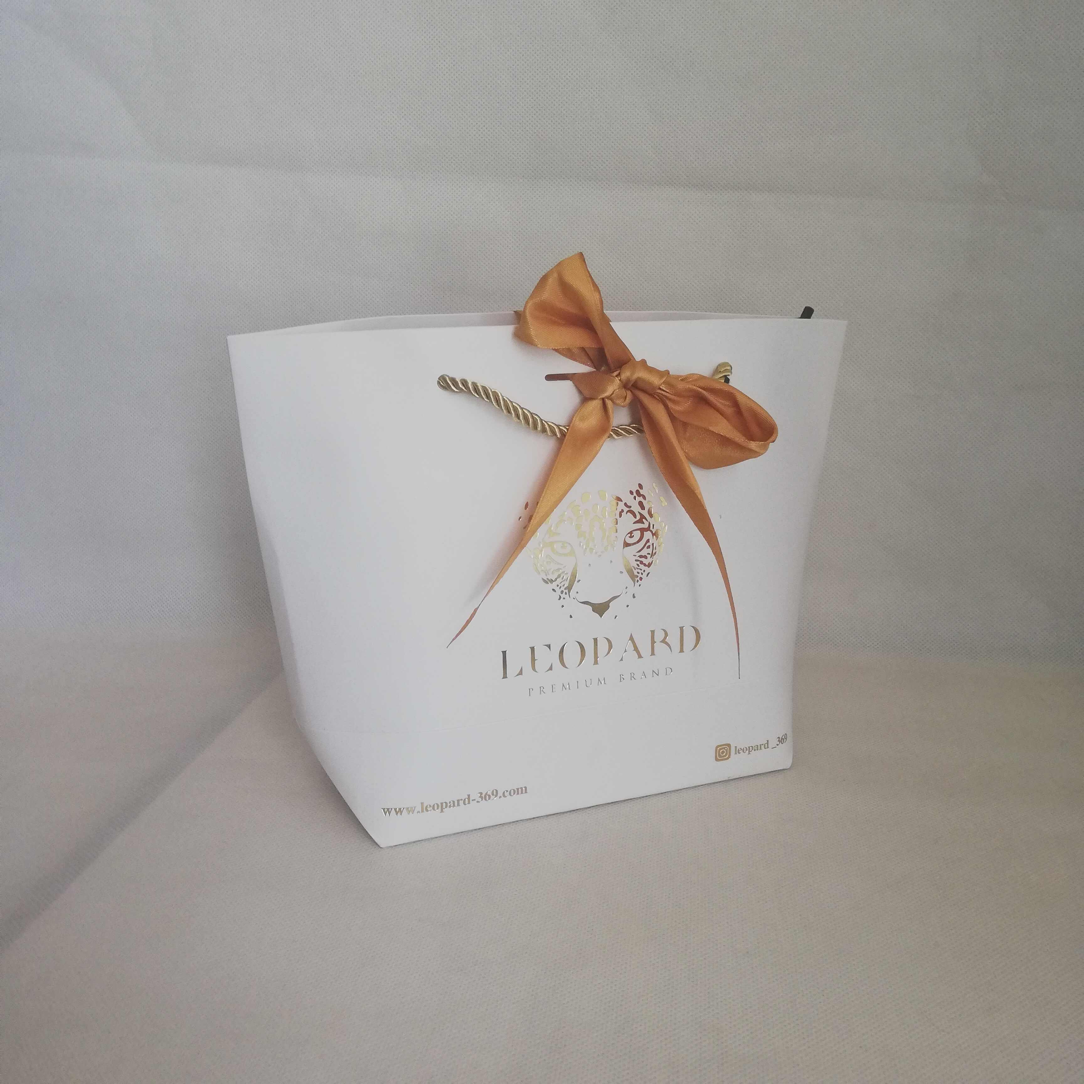Оптовая продажа, 500 шт/партия, сумки с логотипом на заказ, упаковка, золотая ручка, бумажная коробка, сумка, можно положить бантик для свадебного подарочного магазина