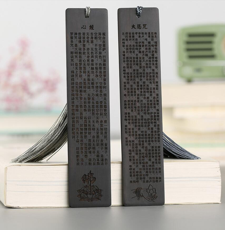 Redwood bookmark set It is engraved with the buddhist scripturesRedwood bookmark set It is engraved with the buddhist scriptures