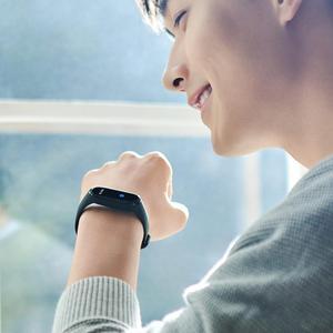 Image 4 - Xiao mi originale Mi banda intelligente 4 Wristband amoled 2.5D 0.95 POLLICI a colori dello Schermo 5ATM Bluetooth 5.0 Sensore della Frequenza cardiaca mi Braccialetto della fascia