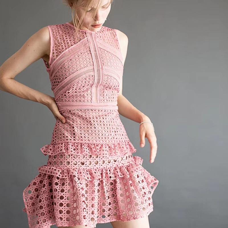 Rosa 2017 di estate del vestito delle donne del partito abiti pista ritaglio irregolare merletto di colore rosa senza maniche UNA linea di MINI vestito kerst jurk dames-in Abiti da Abbigliamento da donna su  Gruppo 1