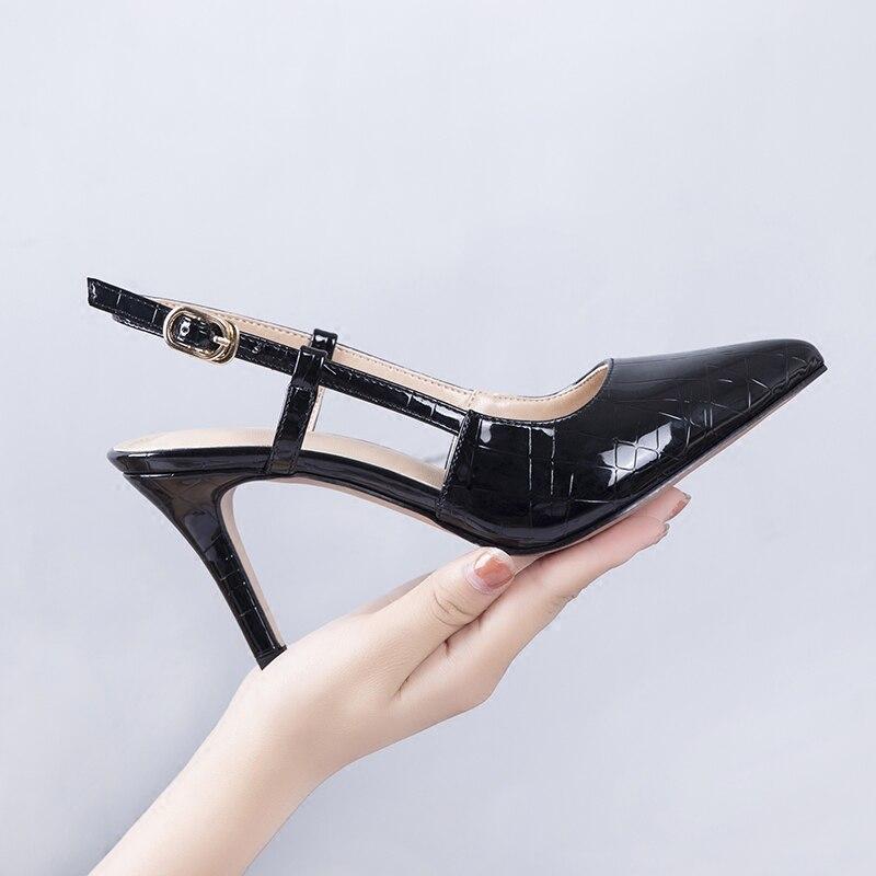 صغيرة مع أحذية عالي