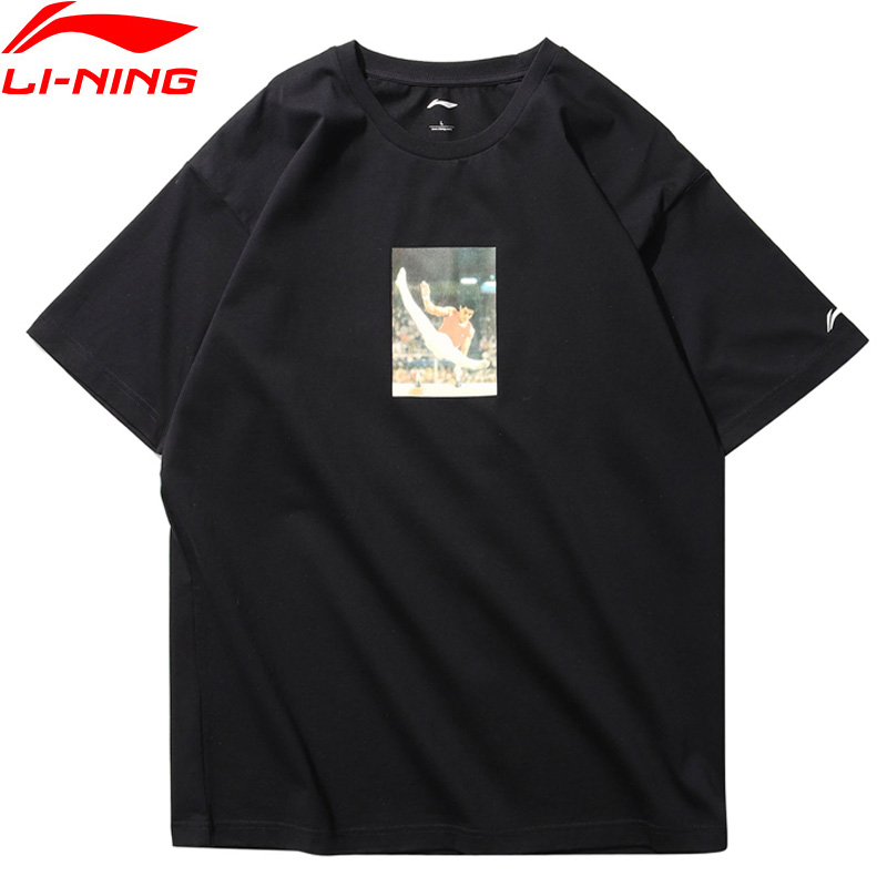 цена на Li-Ning Men T-Shirt NYFW LI-NING VINTAGE Mr. Li OG PRINT TEE Regular Fit 73%Cotton 27%Polyester AHSN689 MTS2711