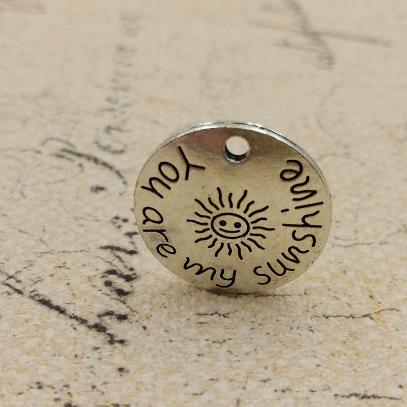 7760bc87141d 50 unids lote anti-plata del tono redonda usted es mi sol letras talladas  colgantes del encanto 22 y 28mm para handcraft DIY resultados de joyería