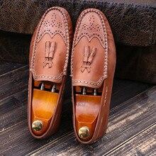 5be56cb638 Verão Dedos Dos Pés Redondos de Couro Esculpido Brogue Sapatos Respirável  Preguiçosos Sapatos Masculinos Borla Estilo