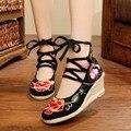 Borde Bombas Cunhas Sapatos Nacionais das Mulheres do vintage Retro Velho Pequim Flor De Salto Alto Lace Up Lona Bordado Sapatos Macios