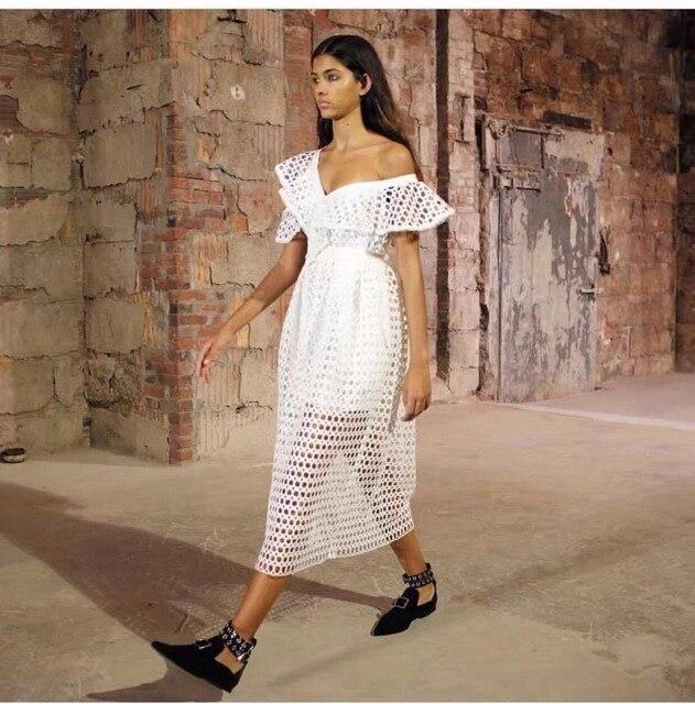 78ff5ef392a7 Белое длинное кружевное платье с открытыми плечами с оборками на рукавах  женское сексуальное платье 2017 новое