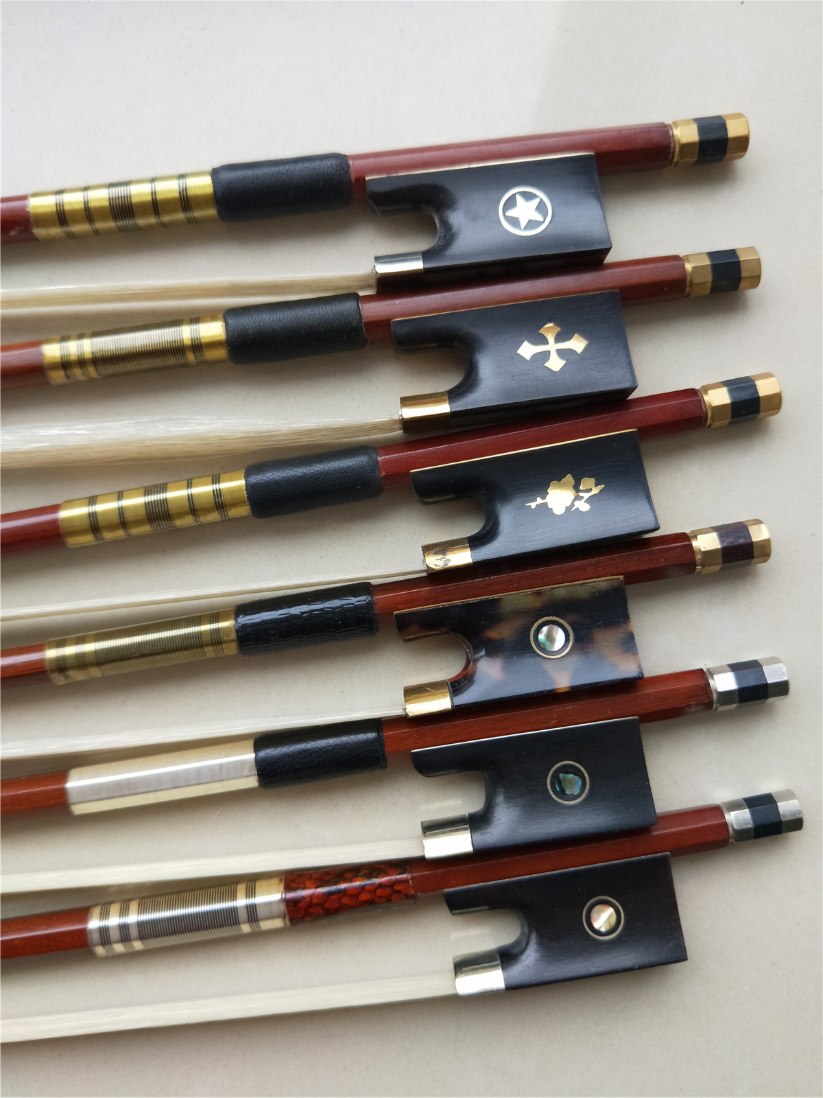 1 PC Violin Wood Bow 4/4 Brazil Wood Violin Bow Ebony Frog Hawksbill Frog White Stallion Horse Tail Hair high quality violin bow size 1 2 violin ebony wood bow top horse hair violin accessories bow accessories para violin with case
