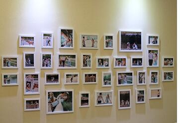 Фото стена .. 34 рамка комбинации. Свадебные Studio гостиная диван фоне стены