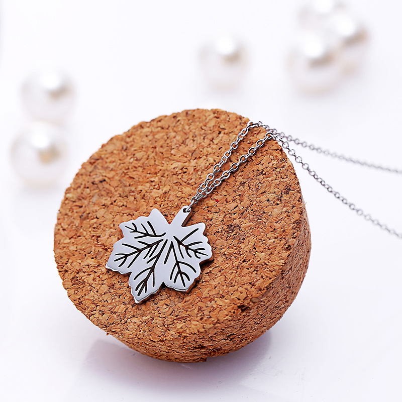 Titanium Stainless Hollow Maple Leaf Pendant Necklace Classic Design Noble Charm Gold Necklace Women Jewelry Durable Color RX049