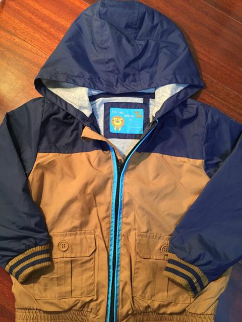 Envío Libre de los bebés de la primavera/verano de la chaqueta con capucha, chaqueta a prueba de viento, azul marino/marrón chaqueta, niño primavera chaqueta