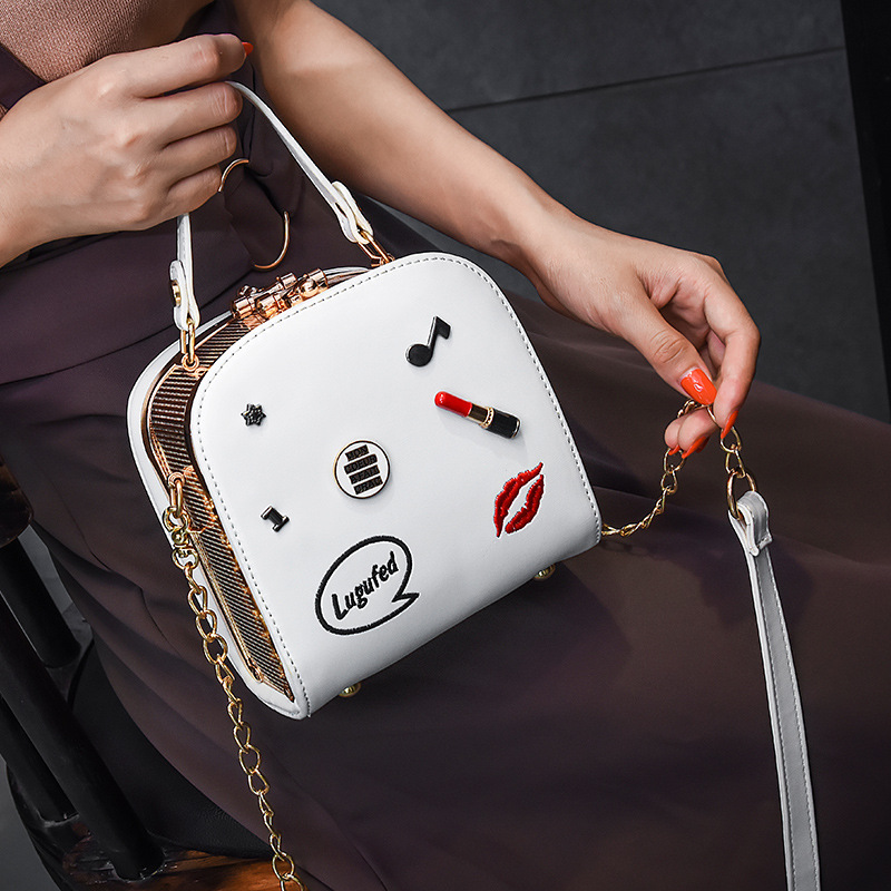 In the summer of 2017 the new Chaohan version of Baiji oblique bag chain single-shoulder portable lipstick bag 2