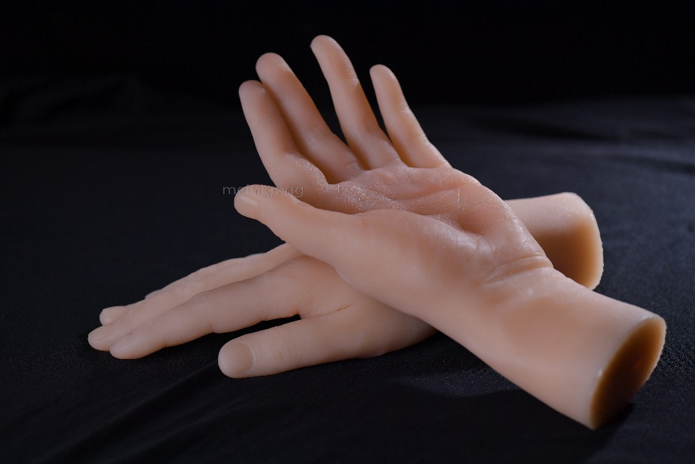 Shooting props by simulating Chinese mens hand model, finger joint flexibility and positioning footwear and socksShooting props by simulating Chinese mens hand model, finger joint flexibility and positioning footwear and socks