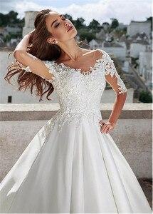 Image 3 - Eenvoudige Satin Jewel Hals A lijn Trouwjurk Met Kant Applicaties & 3D Bloemen Half Mouwen Bruidsjurken Gown