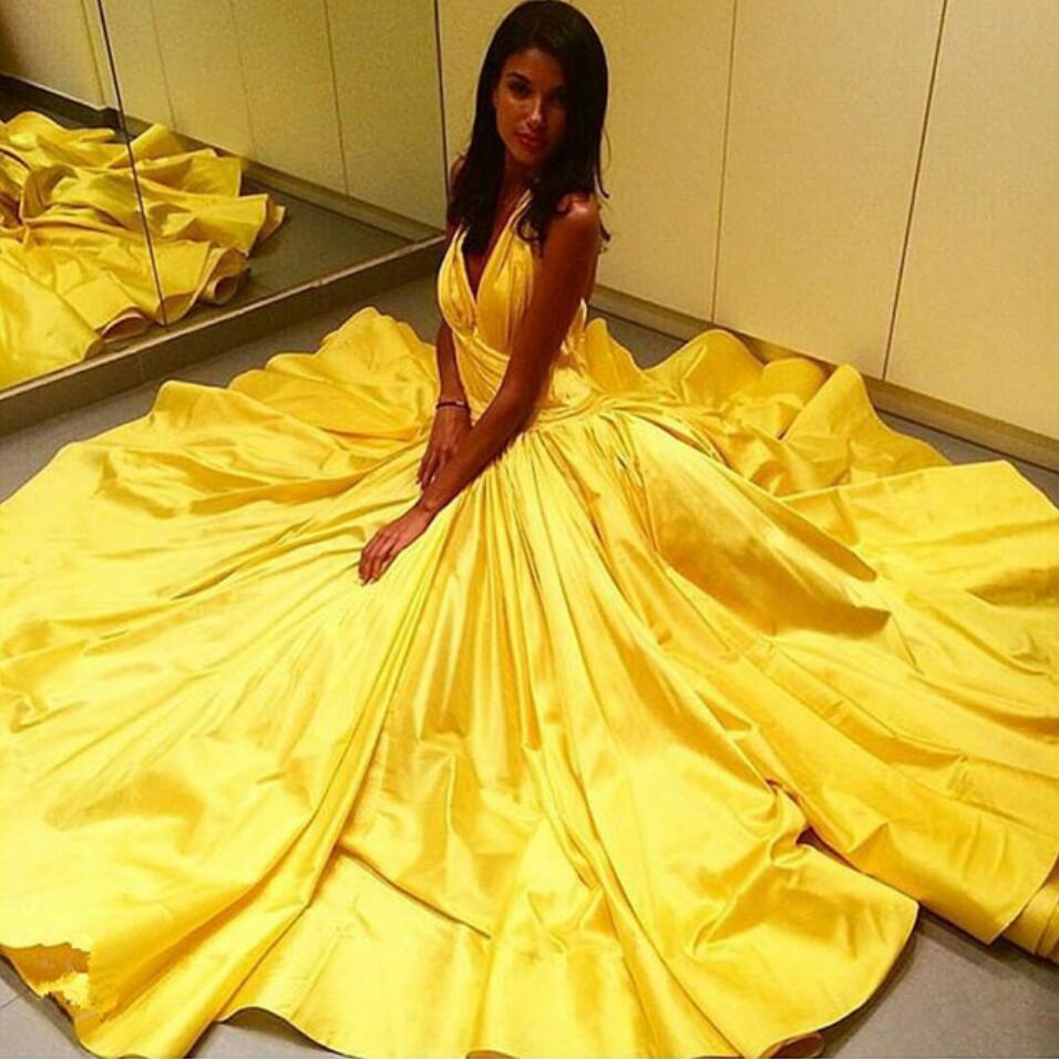 Желтое атласное платье на бретельках