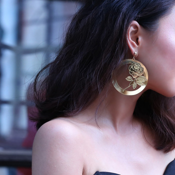 2018 New Design Sexy Gold Color Carved Rose Flower Big Circle Loop Drop Earrings For Women Hyperbole Metallic Statement Earring Чокер