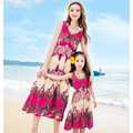 Летом Стиль Семьи Соответствующие Наряды Мать и Дочь Цветок Печатных Платья Мама Дочь Богемный Пляж Платье Одежды Семьи