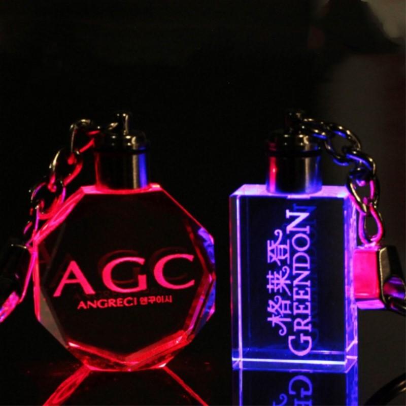 개인 된 디자인 레이저 조각 크리스탈 키 체인 LED 다채로운 변경 커플 키 체인 결혼식 크리스마스 발렌타인 선물
