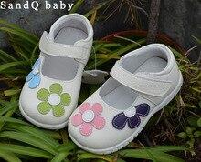 Niñas zapatos de cuero genuino negro mary jane con flores rosa blanca stock poco niños hermosos zapatos de niños zapatos de buena calidad