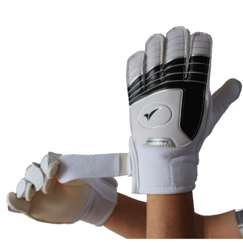 2017 New Professional Child Football Soccer Gloves For Kids Keeper PU Latex Goalie Gloves Children Sports Protection