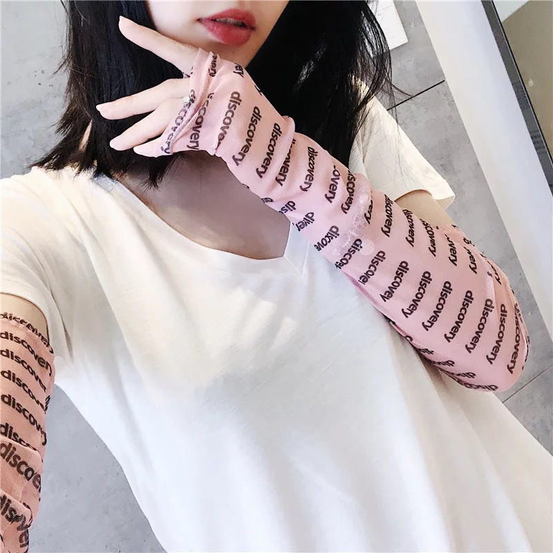 Красивая девушка летом солнцезащитный крем руки манжеты чистый красный с луной холодный рукав