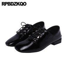 Дизайнерские черные туфли на плоской подошве из лакированной кожи; красные шлепанцы для подиума; винтажные женские туфли-оксфорды; босоножки на шнуровке с квадратным носком; итальянский стиль