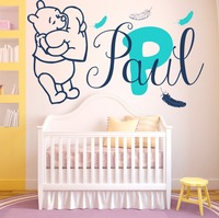 Decalcomanie della parete Bambino Winnie the Pooh Piume Adesivo In Vinile Su Misura Personalizzati Nome Baby Girl Boy Camera Da Letto Wall Sticker YO-130