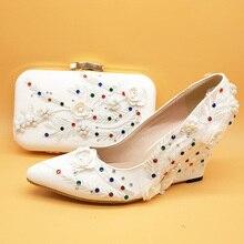 Zapatos de boda de flores de encaje blanco con bolsos a juego, cuñas de tacón alto para novia, zapatos de fiesta para mujer, conjunto de zapatos con correa en el tobillo
