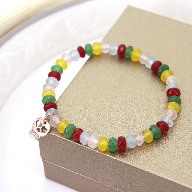Купить женский браслет с бусинами из натурального камня в виде черепа картинки