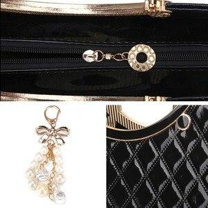Image 4 - حقيبة يد نسائية من AFKOMST بزخرفة متدلية تصميم أنيق أسود صلب حقيبة كتف بحزام قابلة للضبط ذات مقبض علوي جودة VK1001L