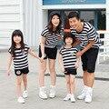 2016 лето семья соответствия одежды с короткими рукавами полосатой футболке шорты 2 шт. комплект отец мать сын наряды Большой размер
