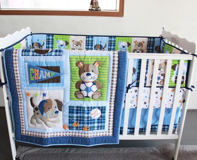 Promoção! 5 PCS bordado amigos do bebê berço cama jogo de cama Applique kit, Incluem ( bumper + edredon + tampa de cama + saia da cama + saco de fraldas )