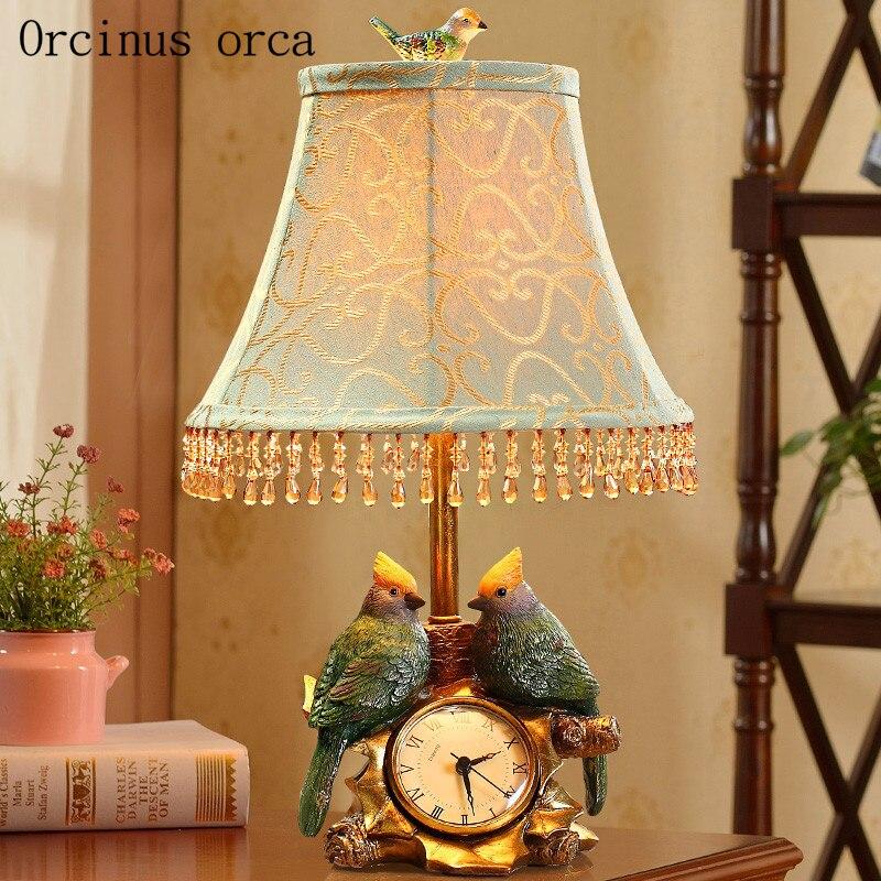 Américain rétro créatif oiseau montre et lampe de table salon lampe de chevet français classique résine décorative lampe de table