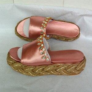 Женская летняя обувь, розовые, синие, шелковые шлепанцы с украшением в виде кристаллов, на платформе, на танкетке, на высоком каблуке, 2018
