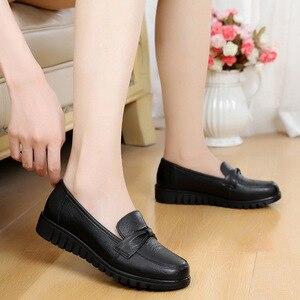 Image 5 - DONGNANFENG kadınlar eski anne kadın ayakkabısı Flats loaferlar inek hakiki deri kayma siyah yuvarlak ayak PU rahat düz 35 41 HD 802